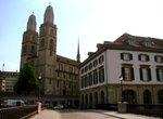 Большой кафедральный собор, построенный на правом берегу реки, увенчан двумя высокими башнями.