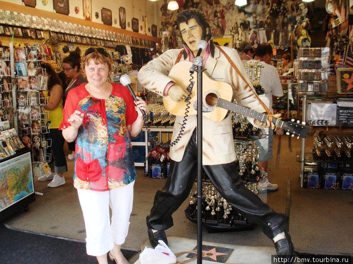 Вместе с Элвисом Пресли.