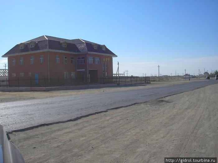 Бейнеу — типичный домик вдоль дороги.