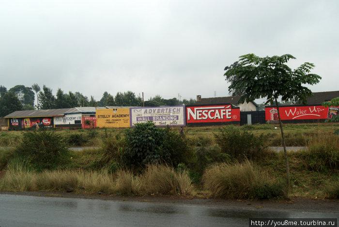 реклама и мокрая от дождя дорога