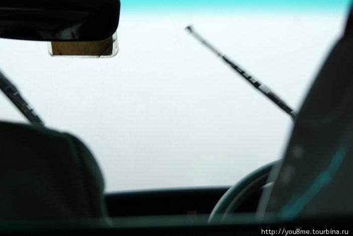 за стеклом НИЧЕГО не видно, сплошной, как молоко, туман