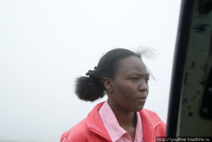 за спиной девушки все поглотил туман