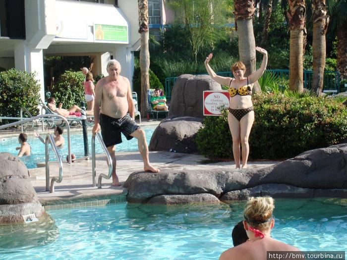 Днем в Лас-Вегасе жарко и все сделано для комфортного отдыха у бассейна.
