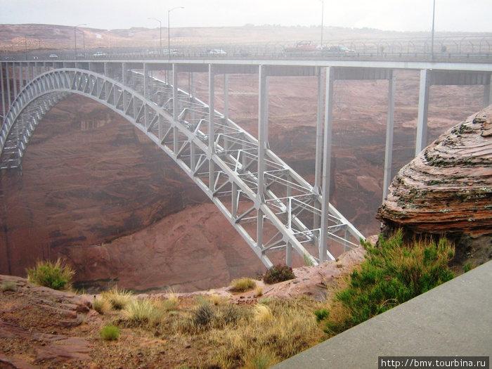 Действующий мост чере реку Колорадо у Глен каньона.
