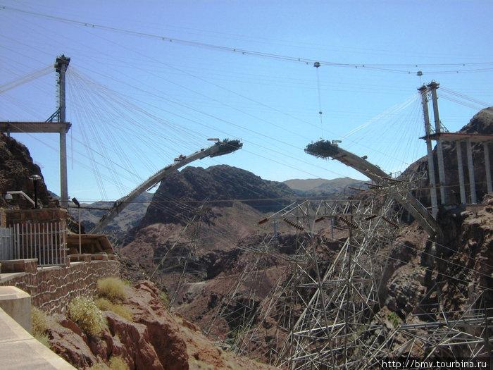 Строящийся мост чере реку Колорадо.