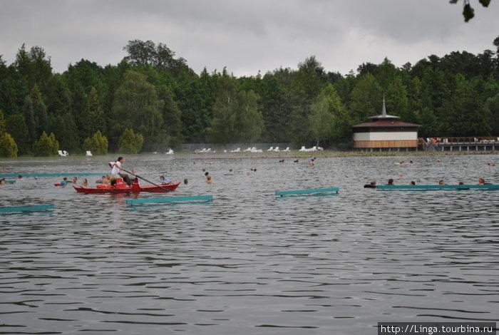 В самом глубоком месте над воронкой курсирует спасательная лодочка, хотя все озеро усеяно специальными перекладинами и бревнышками для сидения, чтобы отдыхать.