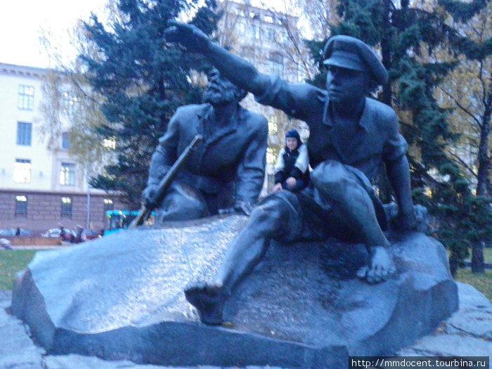 фигуры возле памятника Я.Колосу