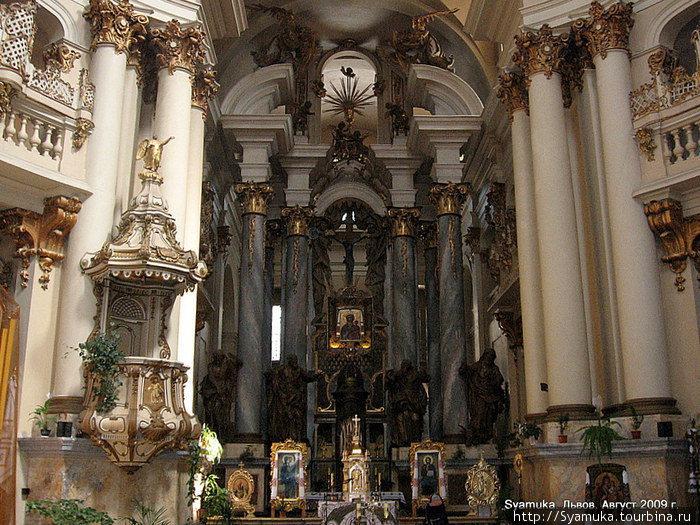 Внутреннее убранство Доминиканского собора.