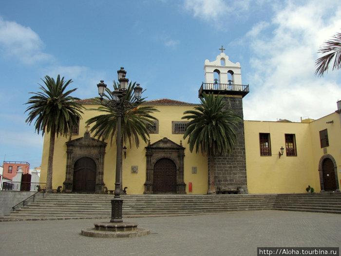 Бывший женский монастырь на площади Либертад.