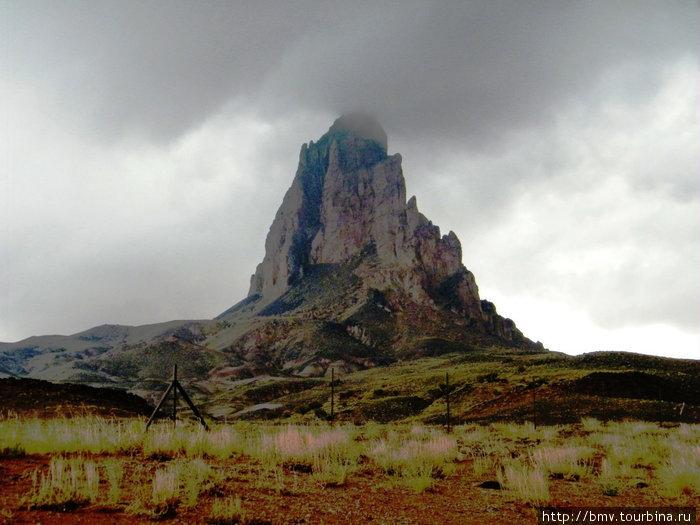 Скалы останцы встречаются в аризонской пустыне  задолго до Долины Монументов.