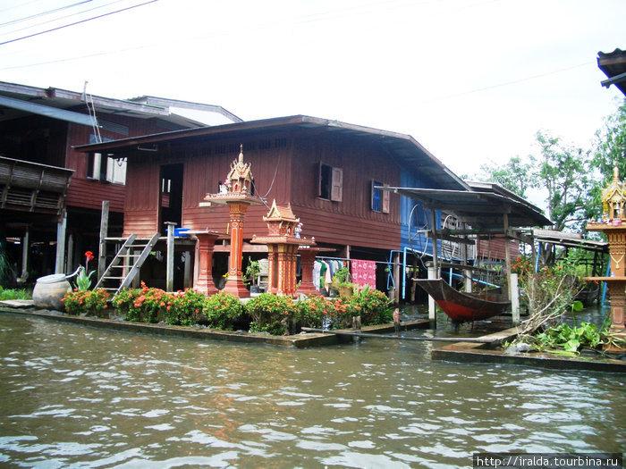 Вдоль берегов каналов стоят на сваях дома тайцев. Возле каждого дома цветы и домик духов, к которому тайцы ежедневно приносят приношения в виде сплетенных колец из живых цветов и продукты.
