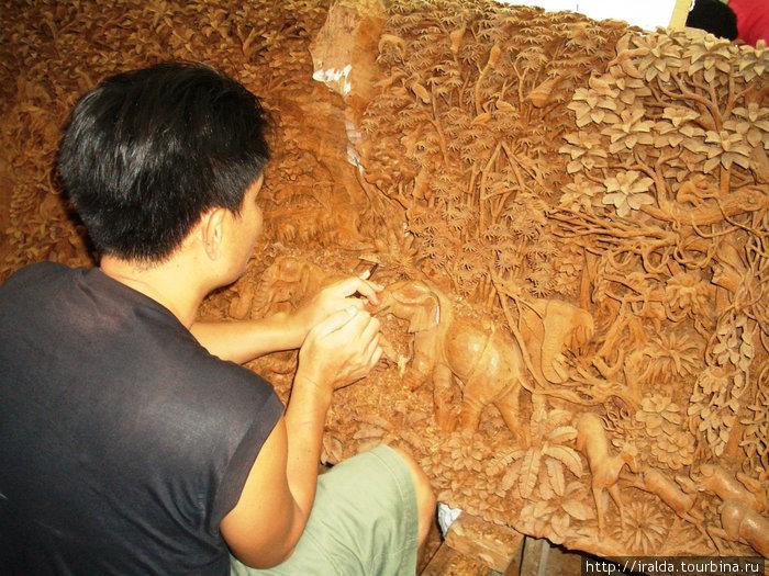 В центре по изготовлению уникальной резной мебели ручной работы и предметов из ценных пород дерева.Мастер работают над картиной из дерева тика. До 9 мес. занимает работа над таким деревянным полотном