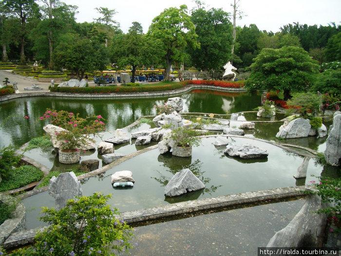 Сад миллионолетних камней.Получили огромное удовольствие от прогулки по саду, в котором расставлены камни органического и вулканического происхождения. Им больше миллиона лет.