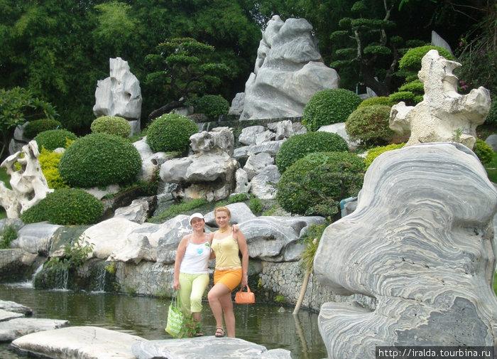 Сад миллионолетних камней.Искусно оформленные клумбы, причудливо постриженные деревья, фонтаны. Гуляли, наслаждались и впитывали красоту, которую дарила нам природа и человеческие руки!