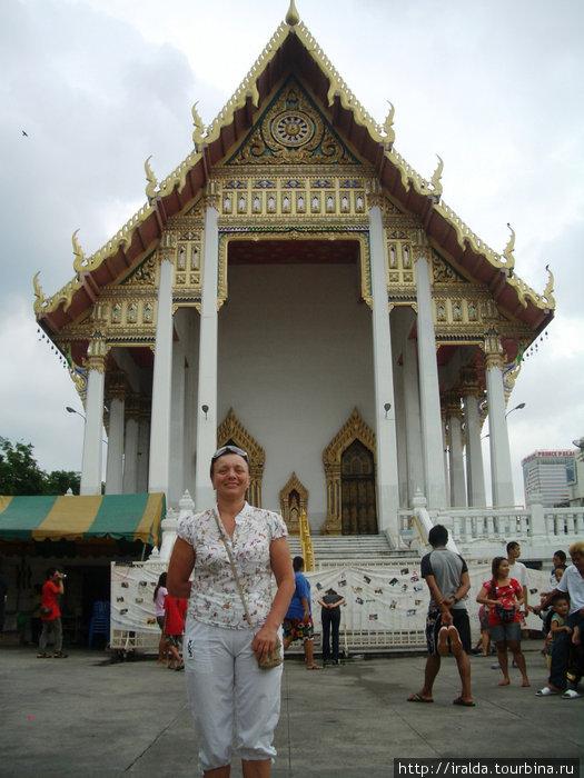 Бангкок. В городе насчитывается около 400 великолепных храмов.