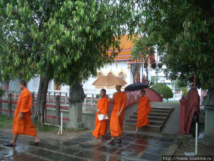 К храмам, образам Будды и монахам надо относиться с должным уважением. Монахам строго запрещено иметь любые контакты с женщинами. Допустимо говорить с монахом, особенно если спрашивать о буддизме.