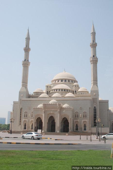 Мечеть Джумейра — одна из архитектурных достопримечательностей города Дубаи. Она со своими двумя минаретами и величественным куполом является великолепным образцом современной исламской архитектуры