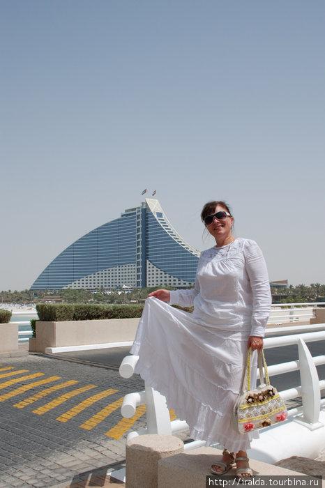 The Jumeirah Beach Hotel располагается на побережье Персидского залива. Это — 26-ти этажное здание, в архитектурном решении которого без труда угадывается образ набегающей на берег морской волны.