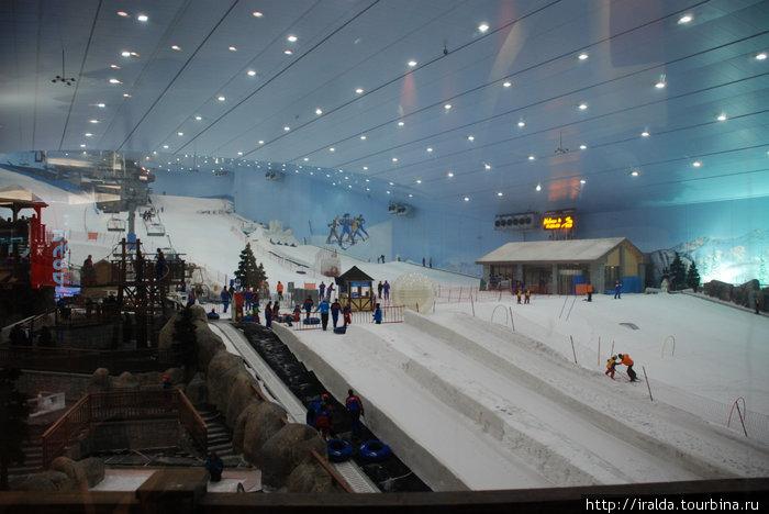 В 2005г. был построен Ski Dubai — первый лыжный курорт на Ближнем Востоке на 1,5 тыс. посетителей в знаменитом торговом центре Mall of the Emirates.