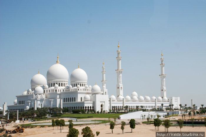 Мечеть им. шейха Заеда. На строительство мечети ушло несколько лет. Сегодня здание с ослепительно белыми куполами и острыми минаретами, прекрасно видно в радиусе нескольких километров.