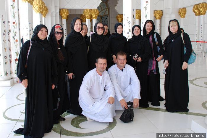 50 тысяч человек вмещает мечеть шейха Заеда Посещение ее возможно только в составе организованной группы. Посетителям разрешается делать фотографии. Первая экскурсия для публики прошла в феврале 2010