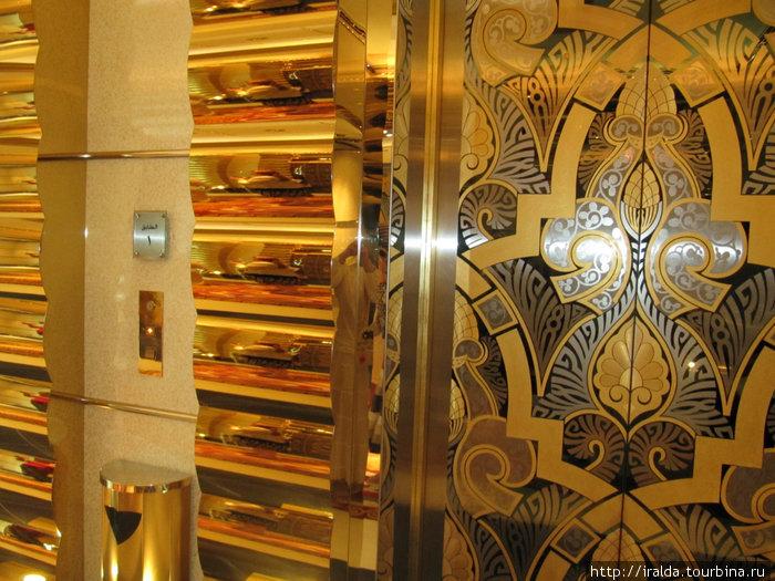 Вход в лифт отеля Emirates Palace.В художественном оформлении интерьеров отеля использованы натуральные материалы: дерево дорогих пород, шелк, мрамор и очень очень много золота.