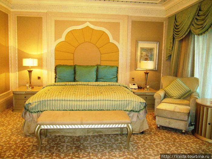 Emirates Palace.  Цветовая гамма дворца-отеля воспроизводит многочисленные цветовые нюансы песков Аравийской пустыни