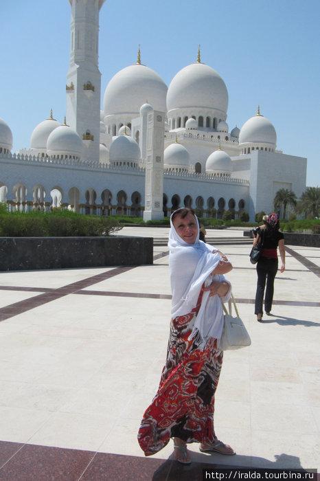 Мечеть им. шейха Заеда. Построена совсем недавно — это дань уважения отцу нации и великому человеку, шейху Заеду бин Султану Аль-Нахайану, первому президенту ОАЭ
