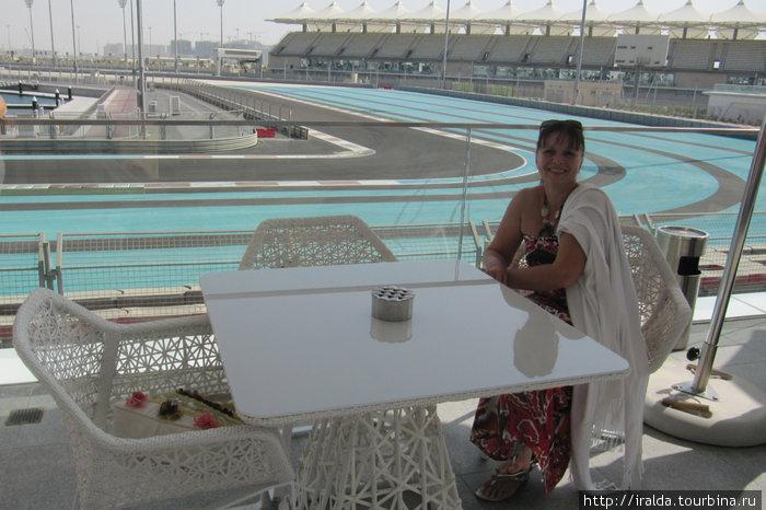 «Абу-Даби Этихад Формула-1». Еще 2 года назад здесь были сплошные пески и не было ни дорог, ни электричества, ни каких-либо коммуникаций.