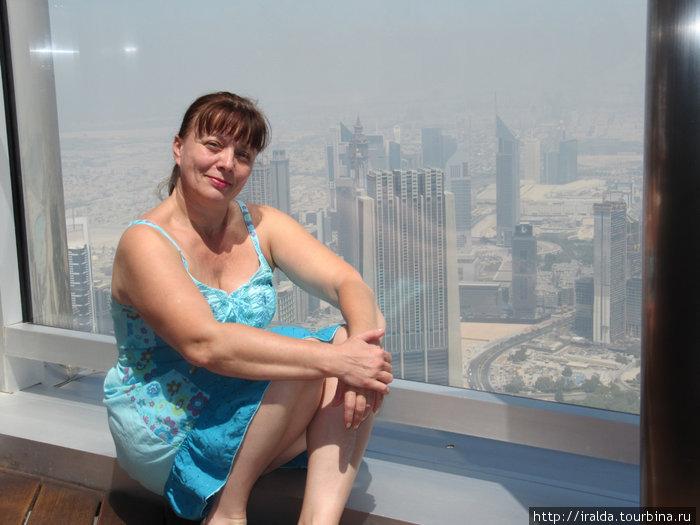 Создатели дубайского небоскреба утверждают, что отличительной особенностью самого высокого здания в мире, также является самый высотный жилой этаж и смотровая площадка, расположенная на 124-м этаже.