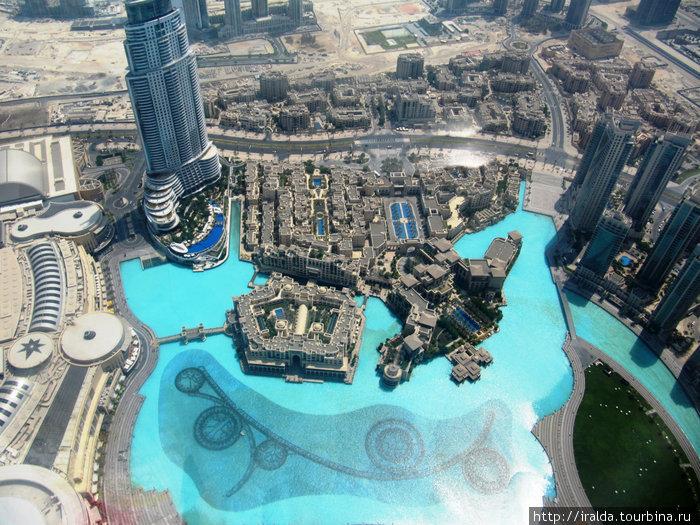 Вид со смотровой площадки Бурдж Халифа.Это город, уходящий одновременно за облака и в море; вызов пустыне и человеческому воображению.