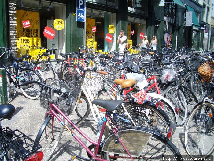 В Копенгагене есть совершенно уникальная услуга – бесплатные велосипеды, которые можно взять под залог 20 крон (как тележку в супермаркете). Они припаркованы в ста с лишним точках по всему городу.