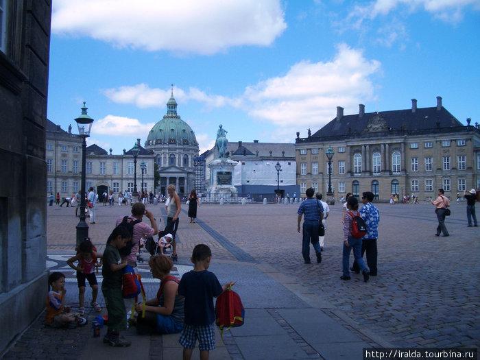 Королева Маргрет II живет в центре города. Дворцовый комплекс Амалиенборг — четыре особняка, построенные в 18 веке во французском стиле рококо, являлись резиденцией королевской датской семьи с 1794 г.