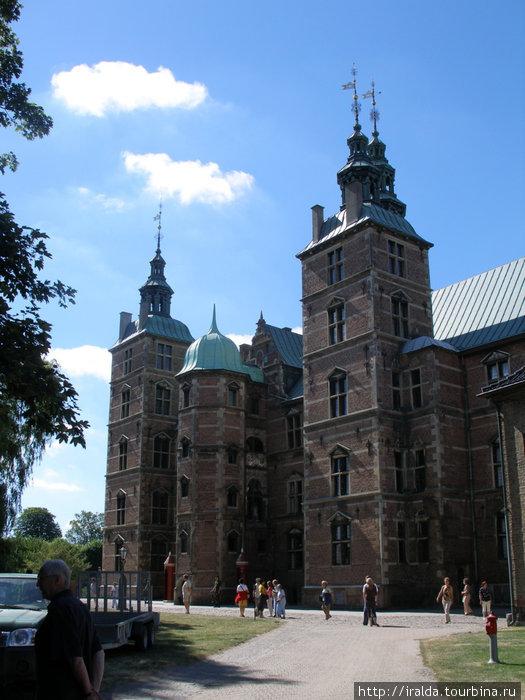 В Копенгагене четыре королевских замка. Замок Розенборг — расположенный в центре Копенгагена на краю зеленого массива Конгенс Хаве, построенный королем Кристианом IV в стиле голландского ренессанса .