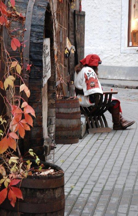 вход рядом с местом, где сидит нарядный мужичок