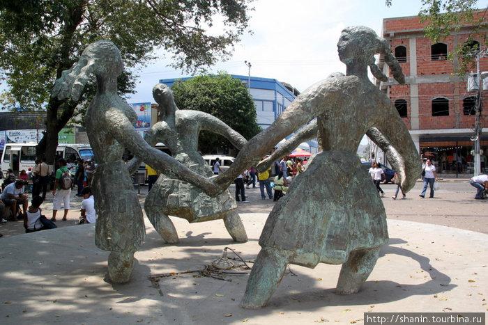 Танцующие школьницы — памятник на центральной площади Порламара