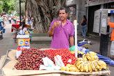 Торговец на пешеходной улице в Порламаре