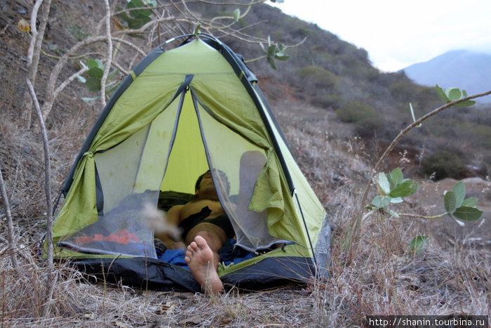 Палатка на склоне горы