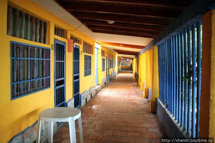 Веранда в отеле — решетки с двух сторон. Безопасно — как в тюрьме!