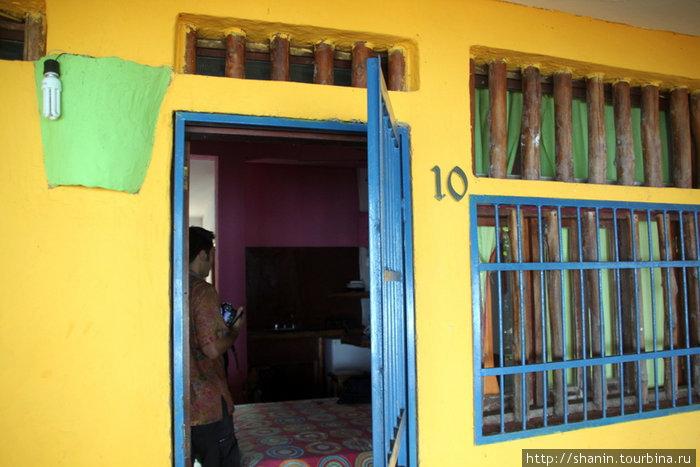 Номер в гостинице — решетка на двери и решетка на окне