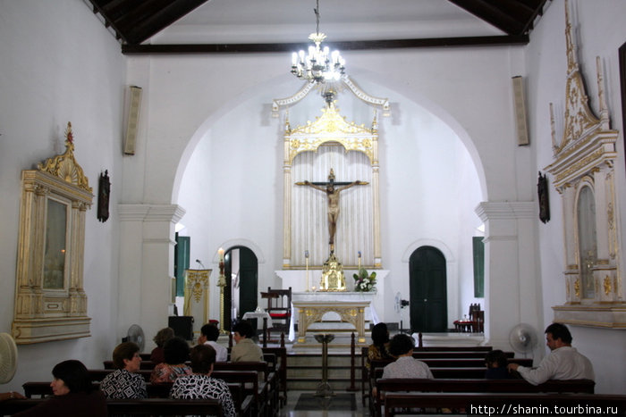 В церкви напротив крепости