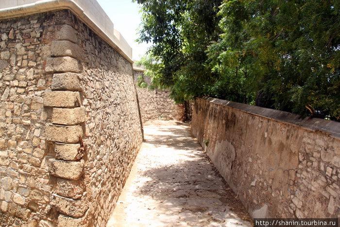 Стена и крепостной ров