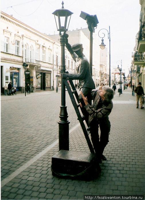 Памятник фонарщику и его ученику.