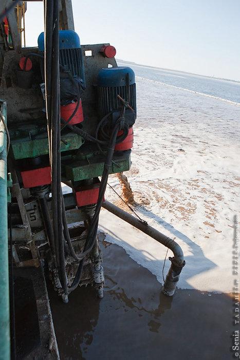 Далее подвижная труба всасывает соляную взвесь (солепульпу), состоящую из рапы и кусков соли. Для того, чтобы куски соли поддерживались во взвешенном состоянии нужна относительно большая скорость.