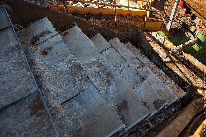После прохождения ротора, дополнительного измельчения и нескольких промывок рапой смесь попадает на грохот, где соль отделяется от рапы.