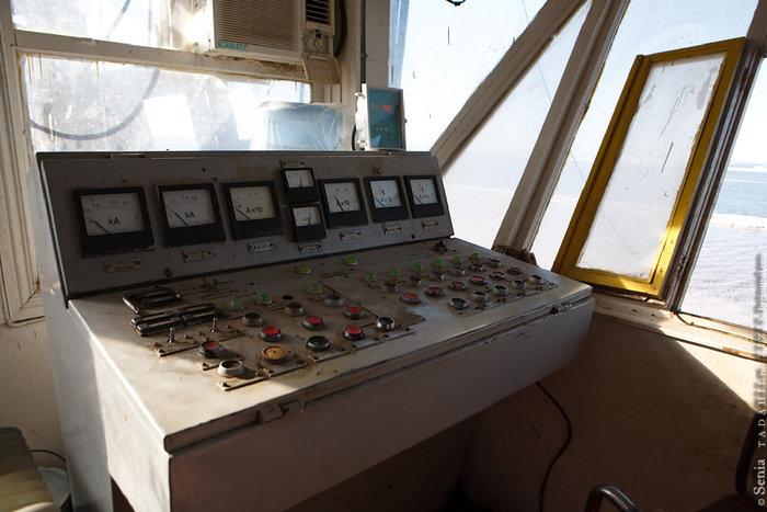 Солекомбайн, как и практически любая большая современная машина, работает на электричестве. Пульт управления состоит из кнопок, тумблеров и аналоговых приборов.