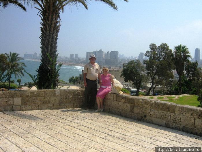 На фоне Тель-Авива.