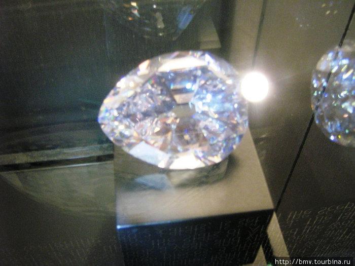 Стеклянные макеты крупнейших алмазов.