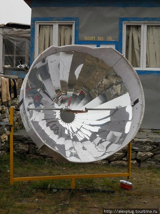 Аппарат для кипячения воды в солнечную погоду. На полочку в фокусе зеркала ставится чайник и... тучи, опять тучи...