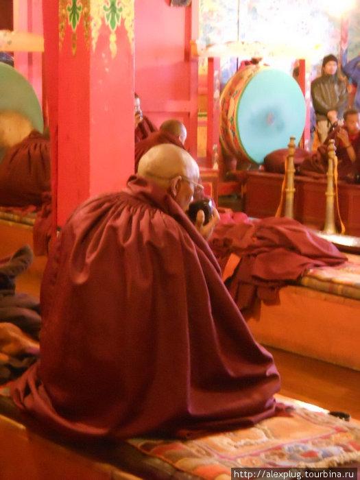 Мантры прерываются коротким чаепитием. Два монаха наливают из больших чайников, остальные пьют. Потом служение возобновляется.